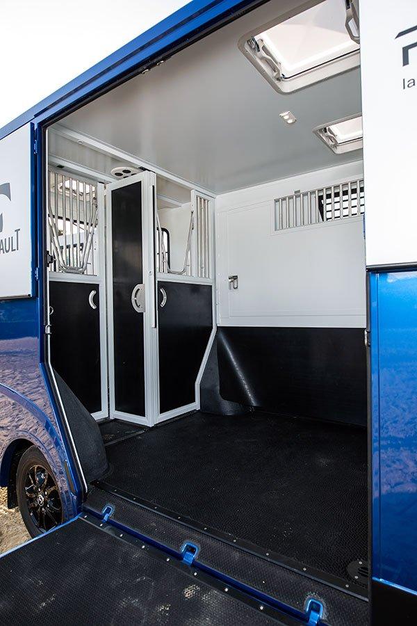 Theault hestebil med rummeligt sadelrum og valgfri indretning