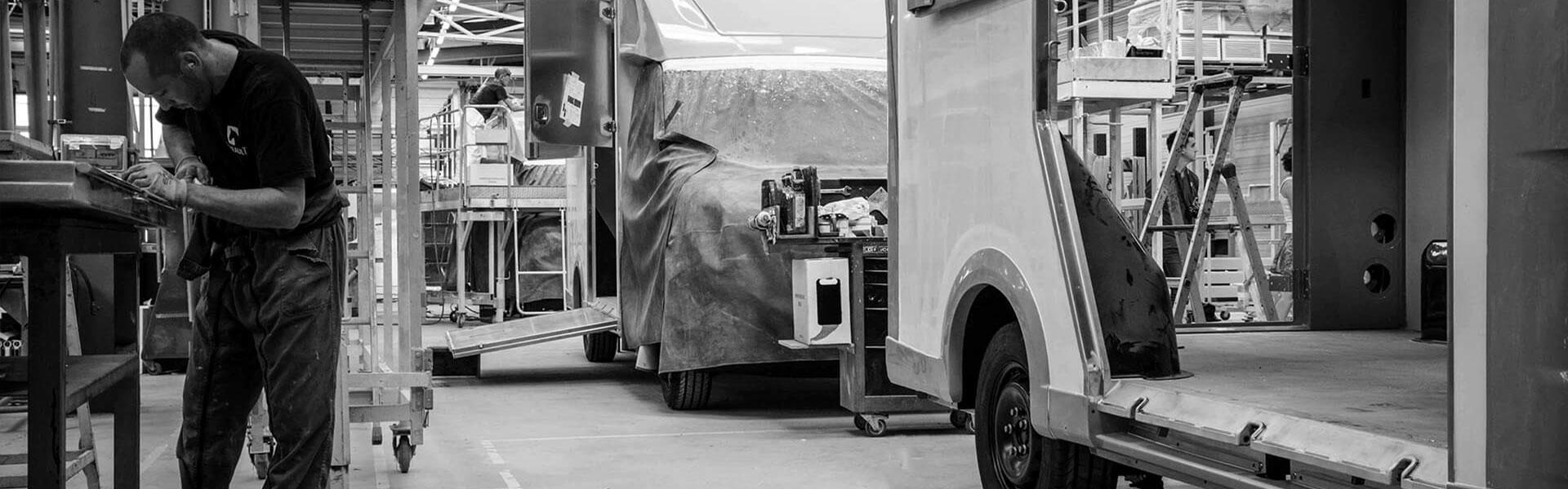 Theault Hestebil Opbygning På Fabrikken I Normandiet